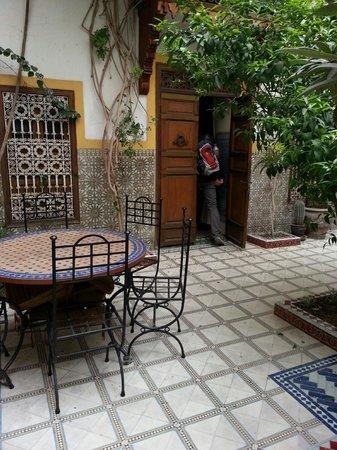 Riad Dalia: binnenplaats naar kamer (Meriam)