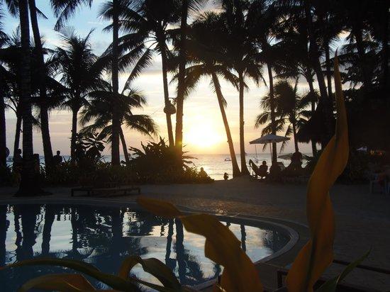 Microtel Inn & Suites by Wyndham Boracay:                   Puesta de sol desde la piscina