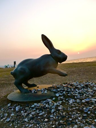 Shimane Art Museum: sunset with museum statues