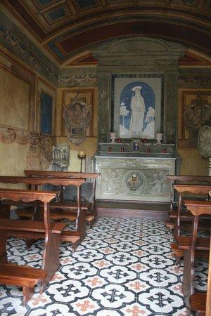 Villa Poggio Bartoli:                                     ...L'interno della Chiesetta...