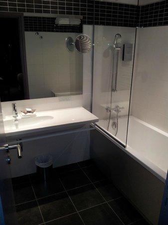 Hotel de Paris :                   Une grande salle de bain