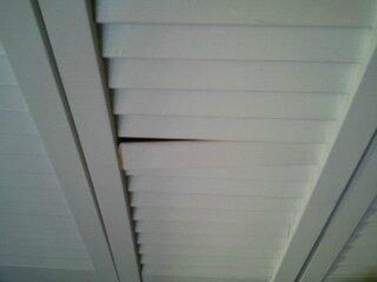 Comfort Suites Michigan Avenue Loop Broken Slats On The Closet Door Wouldn