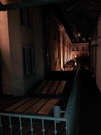 Hotel de Paris :                   Accés à la chambre par l'extérieur (n°103)