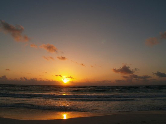 Cabanas La Luna:                   Sunrise from beach