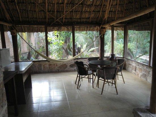 Casa Quetzal:                   Sejour cuisine tout equipé pour cuisiner avec plaques, frigo et evier