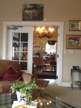 Old Town Guesthouse B&B: Looking from library through entry into the dining room
