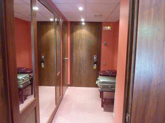Hotel Palacio del Mar:                   hall. Amplitud para las maletas y mueble bar
