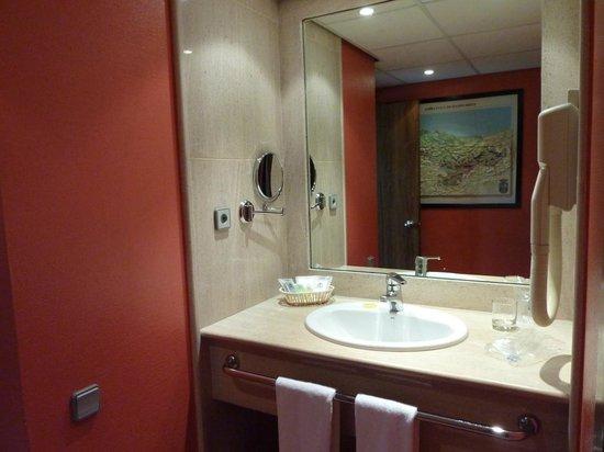 Hotel Palacio del Mar:                   amenities. Lavabo separado del resto del baño.