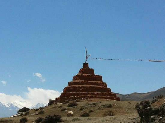 Mustang Region, Nepal:                   chorten all'ingresso dell'area monastica di ghar gompa