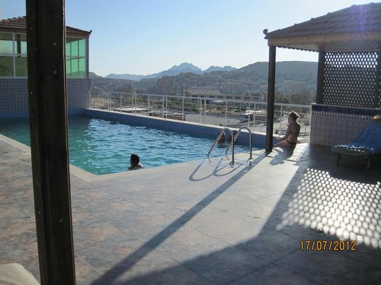 Petra Moon Hotel:                   Swimmingpool is a real treat when in the desert