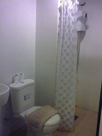 Le Ranong Bistro Hotel :                                     the bathroom