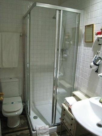 Hostal L' Antic Espai:                   Bathroom for Room 102