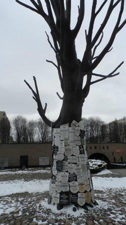 Pawiak Prison Museum: Albero commemorativo