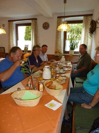 Burghaslach, Almanya:                   Godt morgenmåltid på Gasthof zur Krone