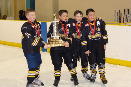 Leisure Inn Hotel: Powassan Hawks Leaders accepting the NOHA Stanley Cup