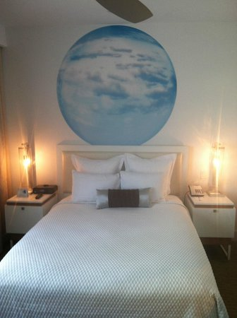 Blue Moon Hotel, Autograph Collection: Nicely sized room with funky bedside lighting