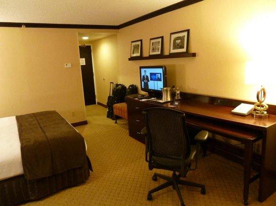Crowne Plaza Albuquerque:                   Room