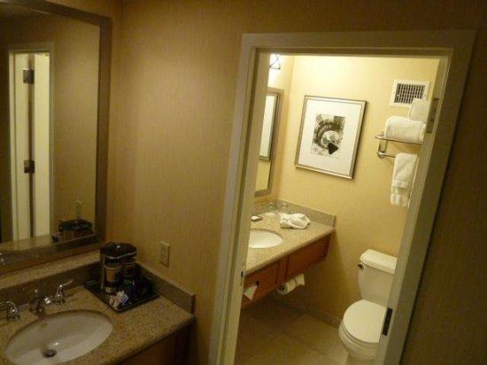 Crowne Plaza Albuquerque:                   Bathroom
