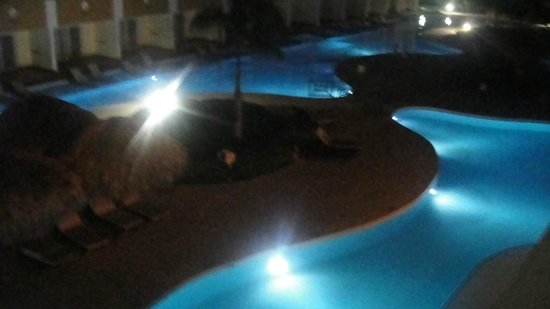 The Royal Suites Turquesa by Palladium:                                                       Vista nocturna de la piscina