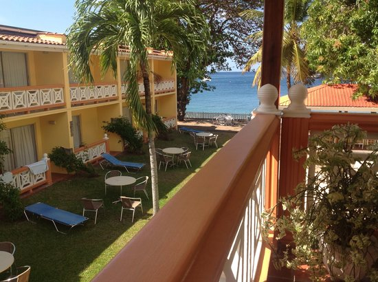 Sunset Shores Beach Hotel: Looking down from lounge to pool and Caribbean sea