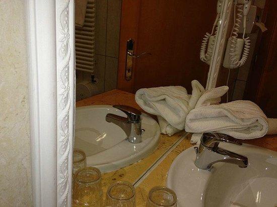 Laroba :                   Dreck hinter Waschbecken