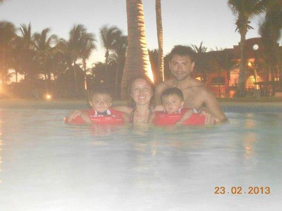 "Hotel Barcelo Maya Beach:                   Alberca agua ""fresca"""
