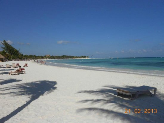 Barcelo Maya Beach:                   Vista desde el maya Beach en un extremo y al fondo el muelle a mitad de los Ho