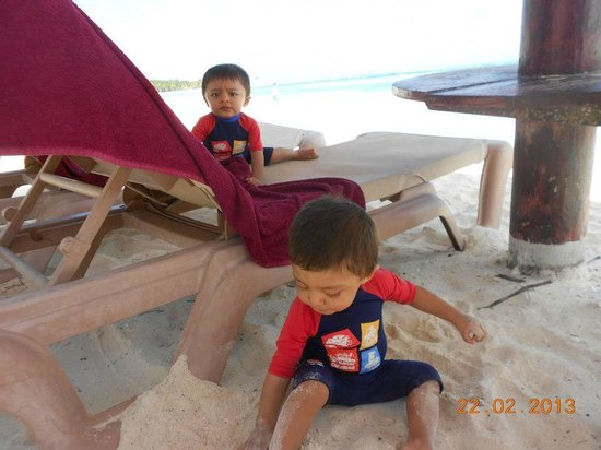 Hotel Barcelo Maya Beach:                   Camastros Vacíos en playa