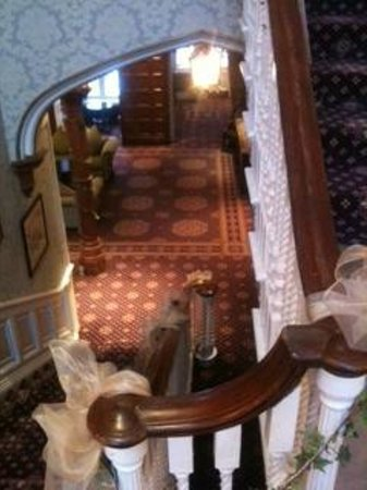 Shendish Manor Hotel:                   Beautiful staircase in the main building