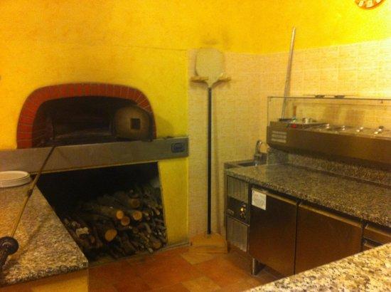 Vecchio Mulino:                   Forno a legna, una pizza buonissima e un ottima pulizia.