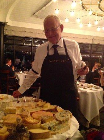 Falsled Kro:                   Så serveres ostebordet...og der er alskens lækkerier