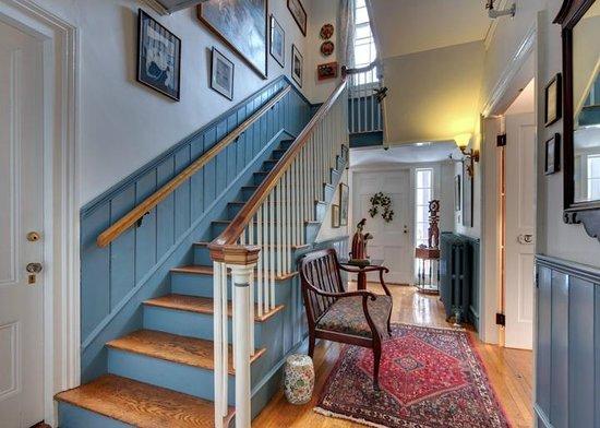 Hawthorne Inn: Stairway with origianl artworks