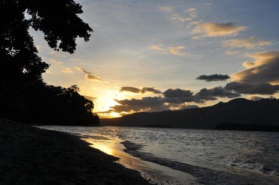 โรงแรมคามายัน บีช รีสอร์ท:                   Sunset on the beach