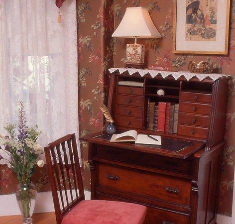 Hawthorne Inn: Musketaquid Room Desk