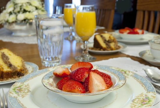 Scofield House Bed and Breakfast: Fruit & Coffee cake