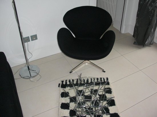 Mon Jardin en Ville :                   Une chaise design de la suite tulipe noire