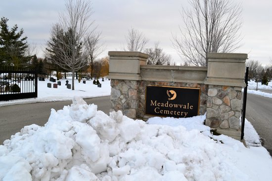 Brampton, Canadá:                   Entrance to Meadowvale Cemetery.