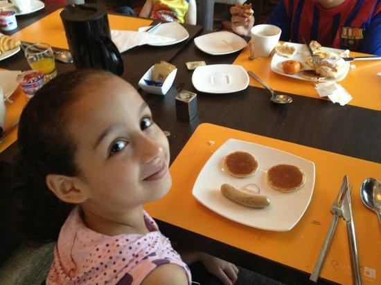 Novotel Bangkok Ploenchit Sukhumvit: My daughter Joud with a nice smile with breakfast