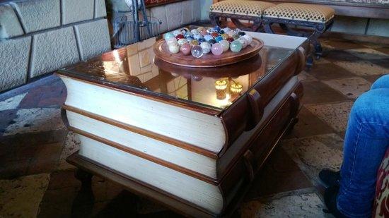 Le Grand Hotel de l'Abbaye:                   Une table dans l'un des deux salons