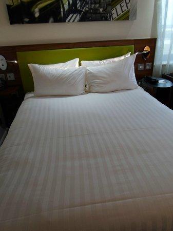 Hampton by Hilton London Croydon:                   bed