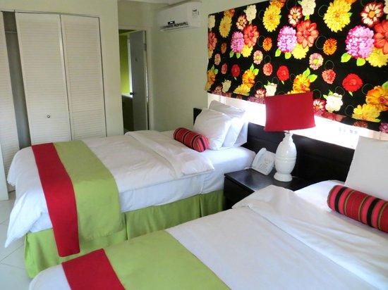 Mystic Ridge Resort : Bedroom/bathroom. Comfortable beds!