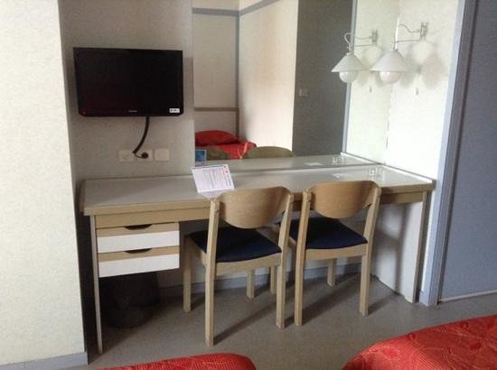 le coin bureau avec sa t l cran plat et son grand miroir photo de vvf villages urrugne. Black Bedroom Furniture Sets. Home Design Ideas