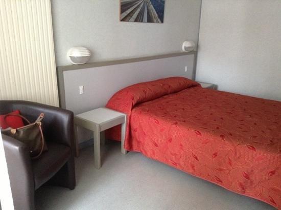 VVF Villages Urrugne :                   La chambre avec son tres grand lit double