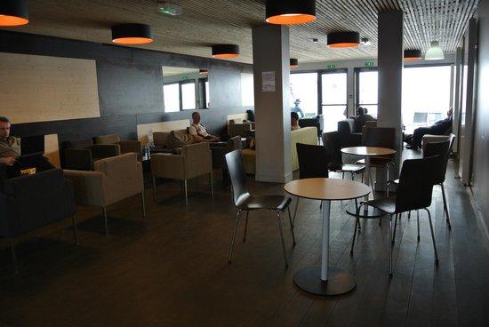 Village Club Cap'vacances de La Plagne :                   salon face au bar
