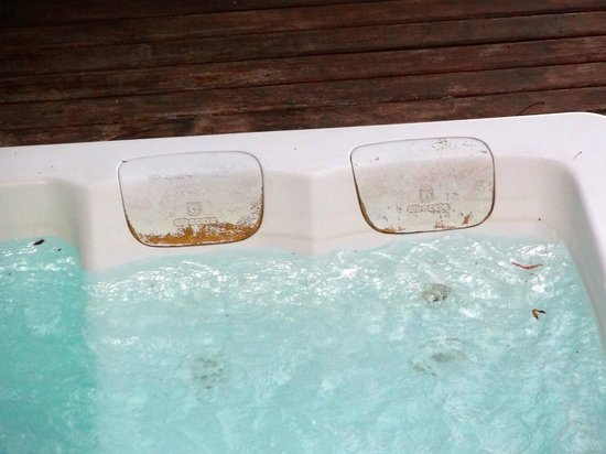 Insolito Boutique Hotel: the outdoor hot tub (not exactly inviting)