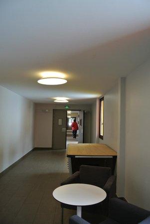 Village Club Cap'vacances de La Plagne :                   couloir vers chambres
