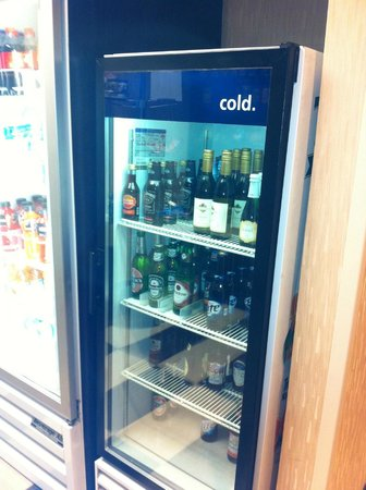Hampton Inn & Suites by Hilton - Miami Airport / Blue Lagoon:                   Suite shop cold drinks