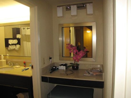 Hampton Inn & Suites by Hilton - Miami Airport / Blue Lagoon:                   Dressing Area