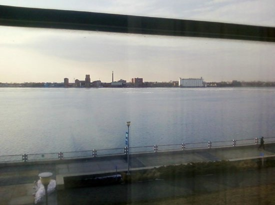 Roberts Riverwalk Hotel Detroit :                   A view of the river from the living room
