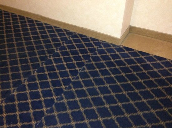 Liberty Lake, Ουάσιγκτον:                   Mismatched carpet seaming, older carpet against the wall